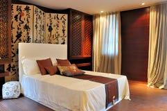 Dormitorio adornado en estilo de lujo oriental Imágenes de archivo libres de regalías