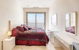 Dormitorio agradable en el chalet moderno Imagen de archivo libre de regalías