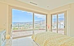 Dormitorio agradable en el chalet moderno Foto de archivo