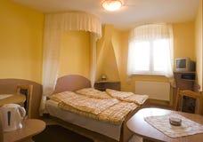 Dormitorio amarillo fotografía de archivo libre de regalías