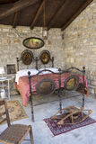 Dormitorio antiguo en Italia con la cama del hierro y calentador de cama (o cacerola que se calienta) Foto de archivo libre de regalías