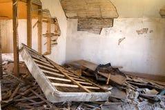 Dormitorio arruinado en casa abandonada Imagen de archivo libre de regalías