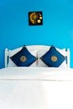 Dormitorio azul en una casa moderna Foto de archivo