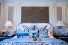 Dormitorio azul en una mansión Foto de archivo