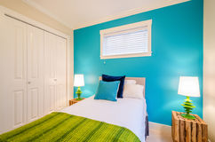 Dormitorio azul y verde acogedor Diseño interior imagen de archivo libre de regalías