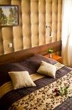 Dormitorio beige y marrón Fotos de archivo libres de regalías