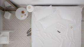 Dormitorio blanco clásico escandinavo, visión superior, paseo interior a través, leva constante, diseño minimalistic almacen de metraje de vídeo
