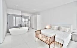 Dormitorio blanco en el chalet moderno Imagen de archivo libre de regalías