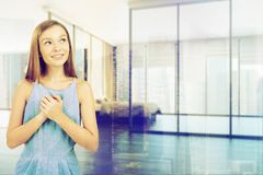 Dormitorio blanco interior, muchacha adolescente Fotografía de archivo