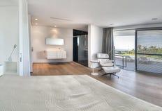Dormitorio blanco moderno con el cuarto de baño Fotografía de archivo