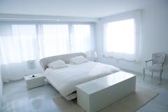 Dormitorio blanco moderno de la casa con el piso de mármol fotos de archivo