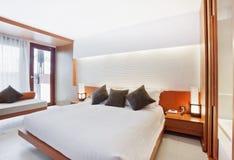 Dormitorio blanco principal fotos de archivo