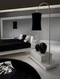 Dormitorio blanco y negro lujoso Imagen de archivo
