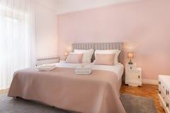 Dormitorio brillante Fotografía de archivo libre de regalías
