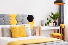 Dormitorio brillante con el escritorio de madera Fotografía de archivo libre de regalías