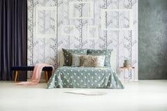 Dormitorio brillante con la tabla de cobre Imagen de archivo libre de regalías