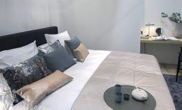 Dormitorio casero con la pared vacía fotografía de archivo libre de regalías