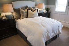 Dormitorio casero de lujo moderno. Foto de archivo