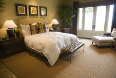 Dormitorio casero de lujo moderno Foto de archivo libre de regalías