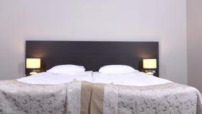 Dormitorio casero hermoso y moderno, dollyshot metrajes