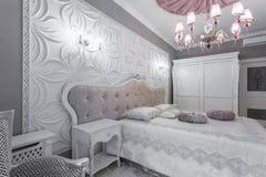 Dormitorio clásico con la cama matrimonial, TV Foto de archivo libre de regalías