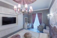 Dormitorio clásico con la cama matrimonial, TV Imágenes de archivo libres de regalías