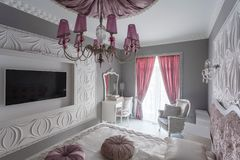 Dormitorio clásico con la cama matrimonial, TV Imagenes de archivo