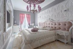 Dormitorio clásico con la cama matrimonial, TV Imagen de archivo libre de regalías