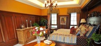 Dormitorio clásico con la decoración de madera Imágenes de archivo libres de regalías