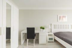 Dormitorio con área de estudio Foto de archivo