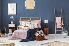 Dormitorio con adorno floral Imagen de archivo libre de regalías