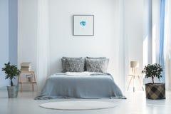 Dormitorio con diseño bohemio minimalista foto de archivo