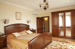 Dormitorio con el acondicionador foto de archivo