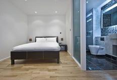 Dormitorio con el cuarto de baño de la en-habitación Fotos de archivo libres de regalías