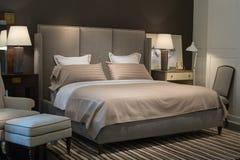 Dormitorio con la cama moderna Imagen de archivo