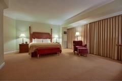 Dormitorio con la cortina Imágenes de archivo libres de regalías