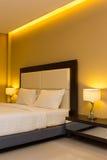 Dormitorio con la decoración de la cama y de la lámpara foto de archivo libre de regalías