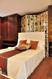 Dormitorio con la decoración oriental del estilo Fotos de archivo