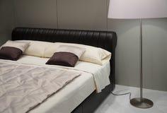 Dormitorio con la lámpara de suelo Imagen de archivo libre de regalías