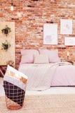 Dormitorio con la pared de ladrillo roja Imagen de archivo