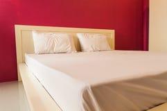 Dormitorio con la pared roja. Imagen de archivo
