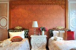 Dormitorio con la pequeña cama dos para los cabritos Imagen de archivo libre de regalías