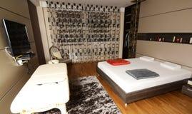 Dormitorio con la TV imagen de archivo libre de regalías