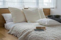 Dormitorio con las almohadas blancos y negros en cama Foto de archivo libre de regalías