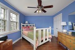 Dormitorio con las paredes azules Imagenes de archivo