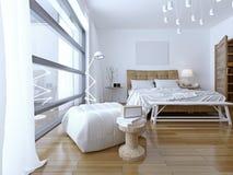 Dormitorio con las paredes blancas en estilo moderno Fotografía de archivo libre de regalías
