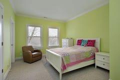 Dormitorio con las paredes del verde lima Foto de archivo libre de regalías