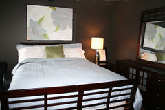 Dormitorio con los últimos colores de la decoración Fotografía de archivo