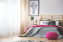 Dormitorio con los accesorios rosados Fotos de archivo libres de regalías
