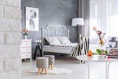 Dormitorio con los taburetes tapizados Fotografía de archivo